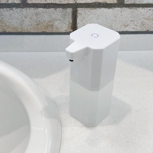 スリーコインズのソープディスペンサーを洗面台に置いている写真