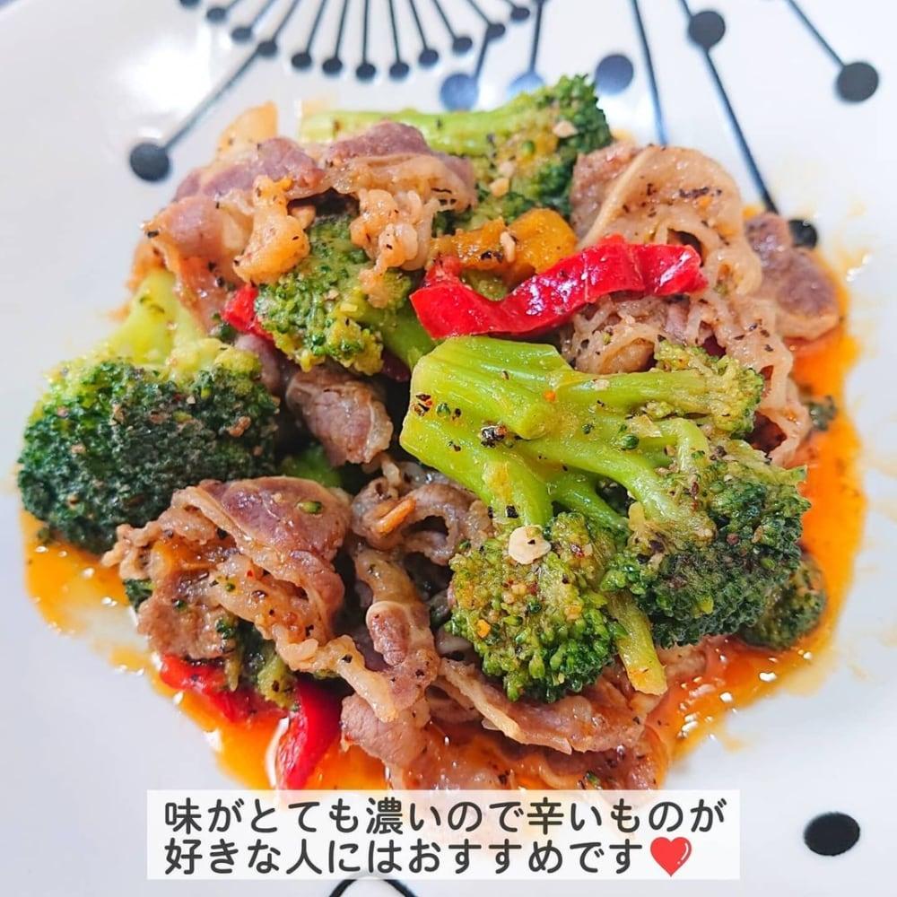 業務スーパーの彩り野菜と牛肉のガーリックペッパー炒めをお皿に盛った写真