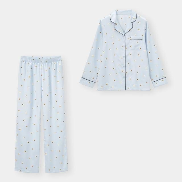 ブルーに花柄がプリントされたパジャマ