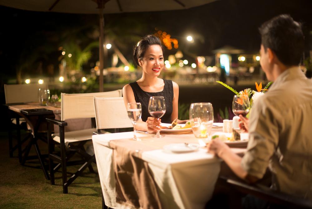 ディナーを楽しむ女性