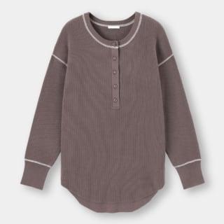 くすみブラウンのヘンリーネックセーター