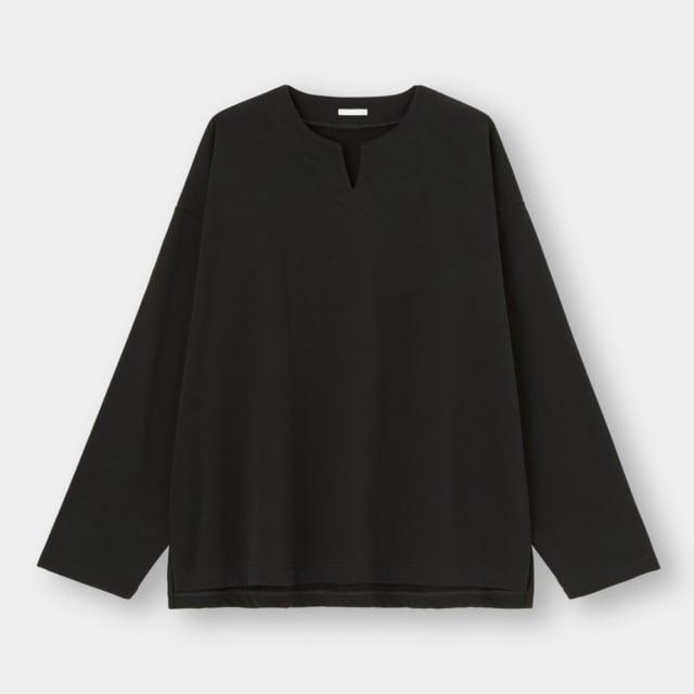 黒のキーネックシャツ