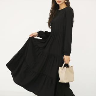 黒いワンピースを着た女性