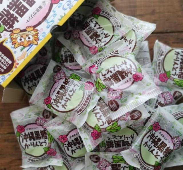 沖縄黒糖かりんとうの小分けパッケージをたくさん出したところ