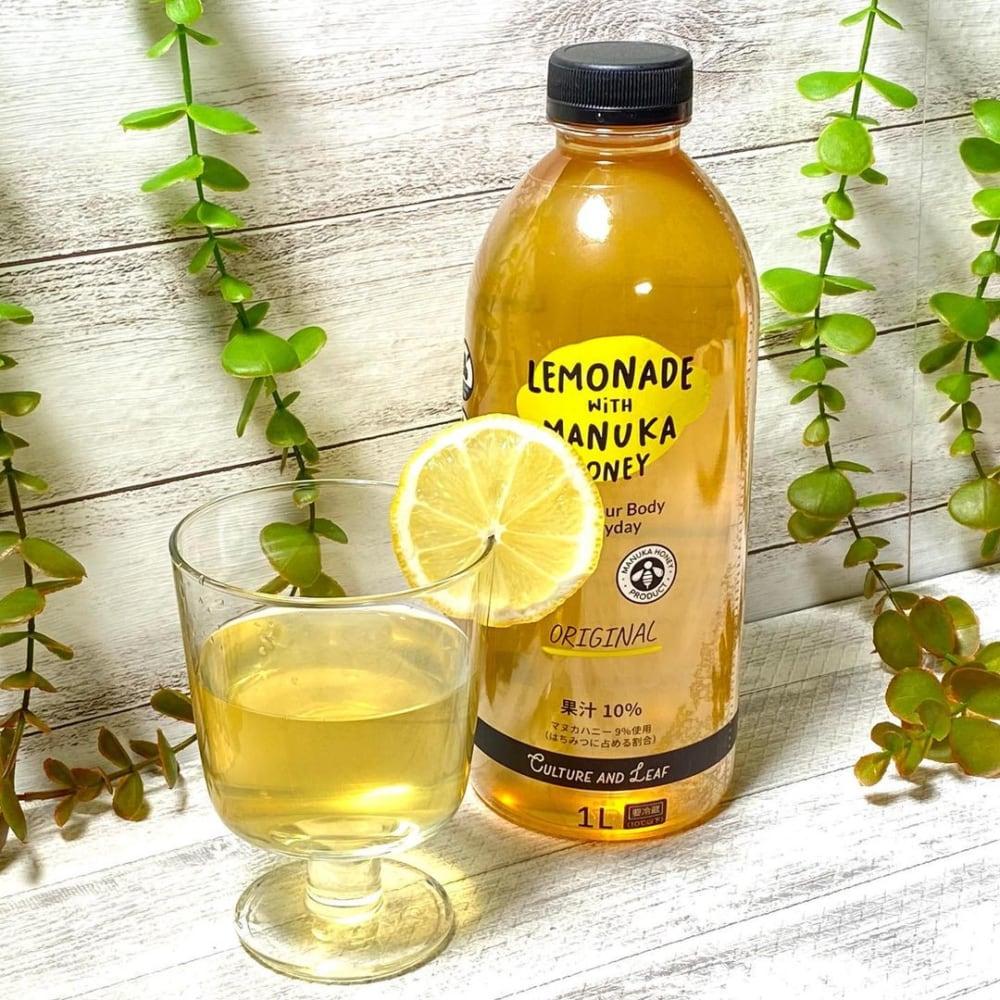 コストコのマヌカハニーレモネードとフレッシュレモンをグラスに入れた写真