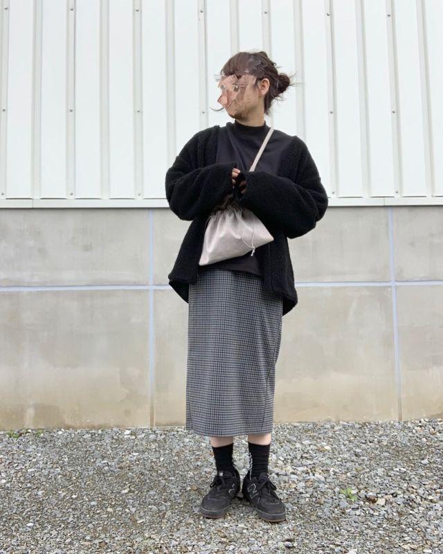 黒多めの服装にはチェックスカートを合わて甘めをプラス