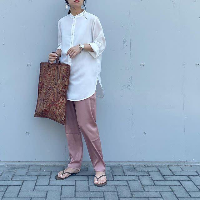 バンドカラーシャツにピンクパンツを合わせたコーデ
