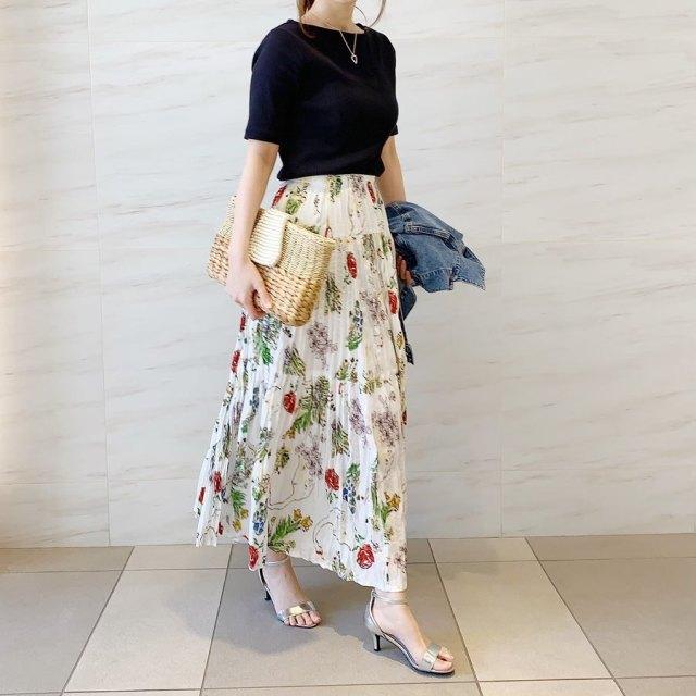 ボートネックの黒のリブTシャツに、花柄のロングスカートを合わせたスタイル