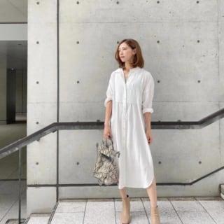 白のシャツワンピースにベージュのショートブーツのかわいいモデルさんのコーデ。
