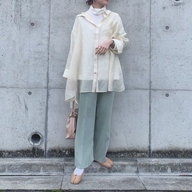 白い薄手のハイネックにシアーシャツを合わせグリーンパンツをセット