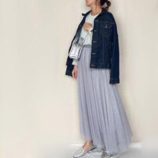 ミントグリーンのプルオーバーにグレーのフレアチュールスカートとネイビーデニムジャケットのコーデ。