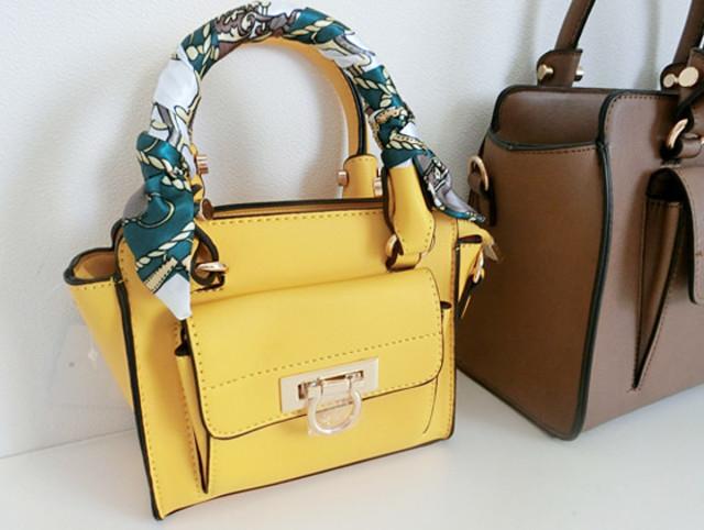 黄色のレザーミニバッグにスカーフをぐるぐる巻いた様子