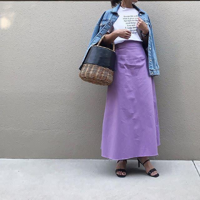 デニムジャケットにパープルスカートの春夏動物園デートにおすすめな女子コーデ