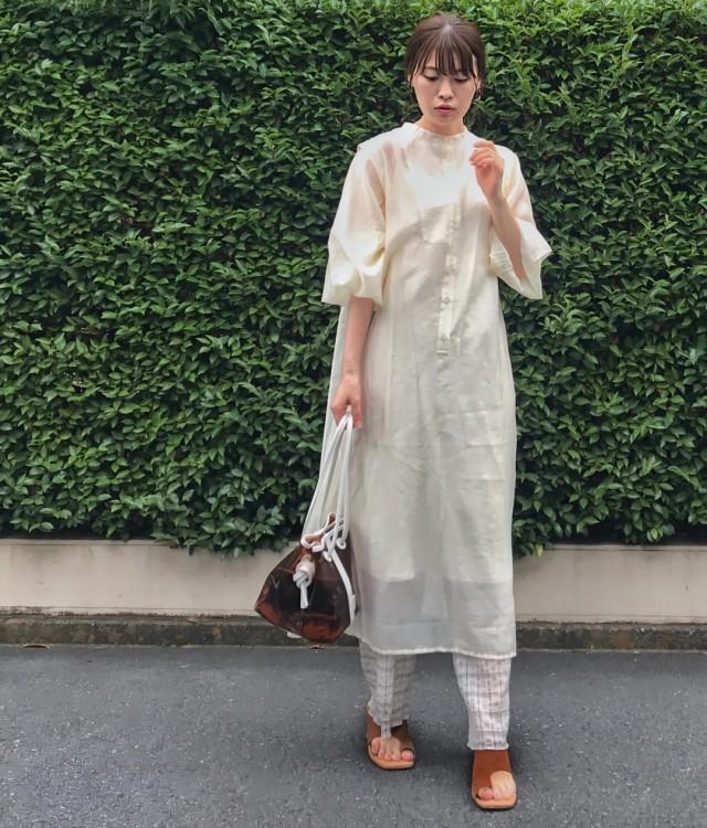 白シャツワンピを着た女性