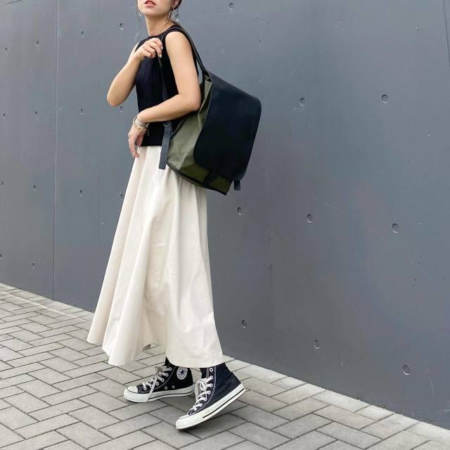 黒のタンクトップにフレアレザースカートでカジュアルコーデ