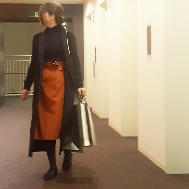 煉瓦色のタイトスカートに黒のトップスを合わせた冬コーデ