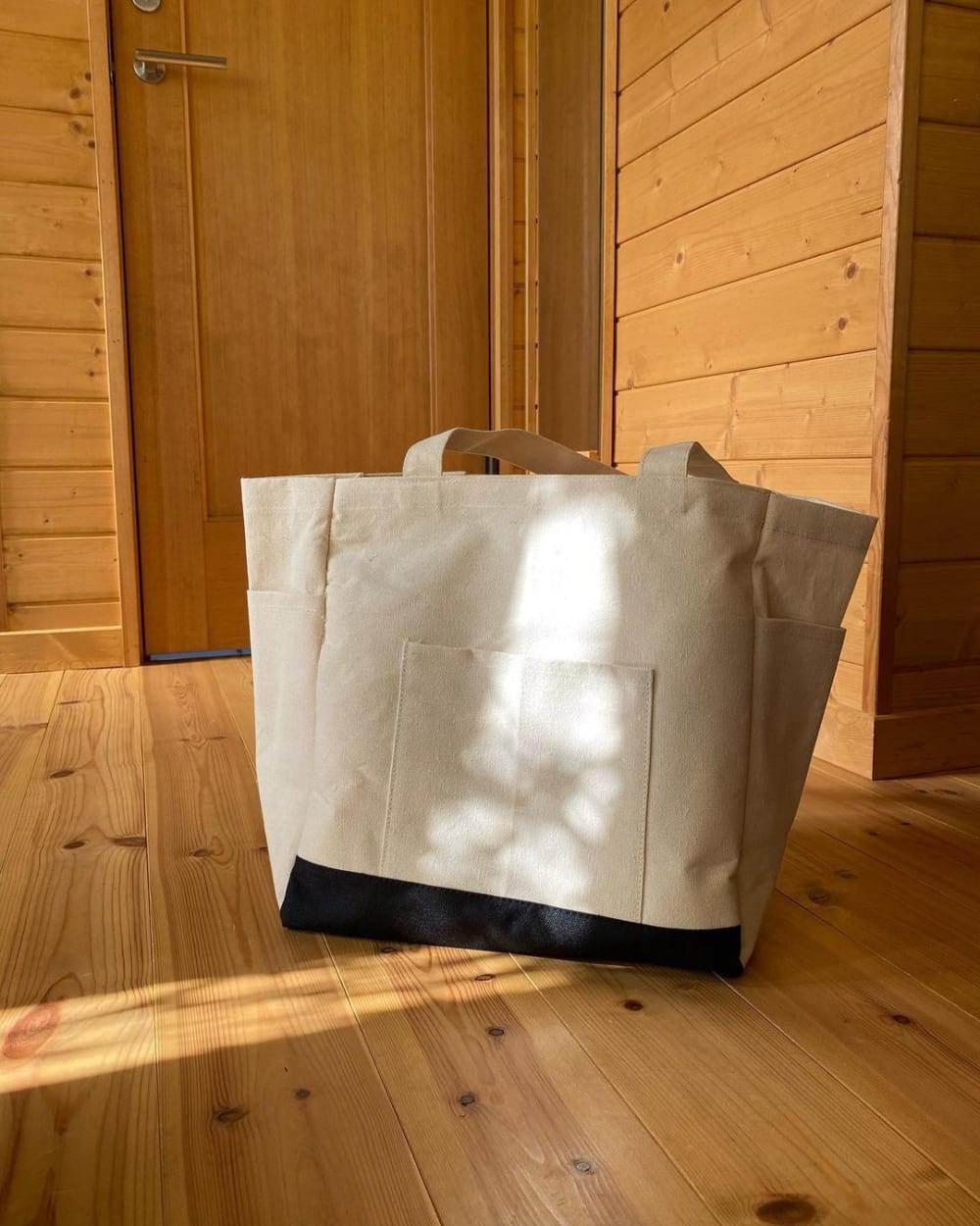 スリーコインズの多機能マザーズバッグの写真