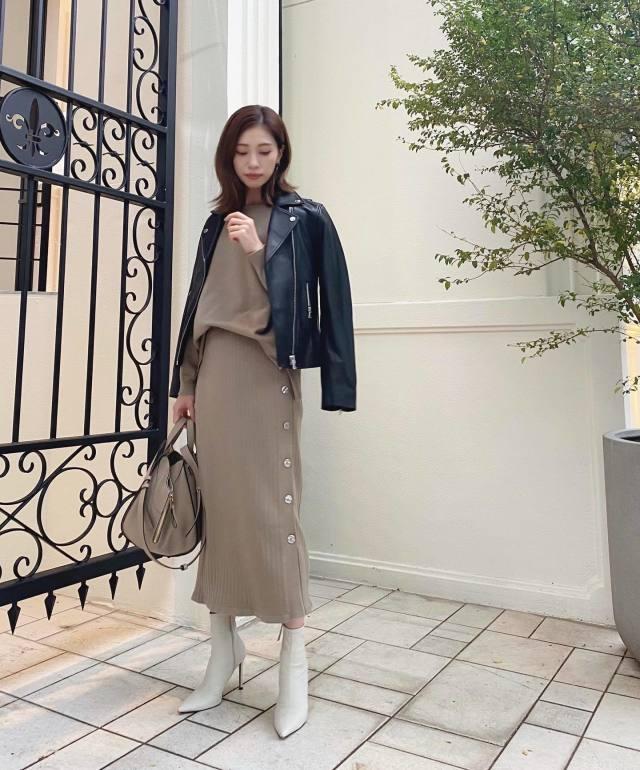 ベージュのセットアップタイトスカートと黒のライダースジャケットのミックスコーデ