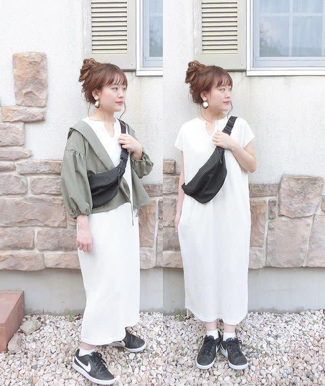 白のカットソーワンピとカーキジャケットを着用した女性