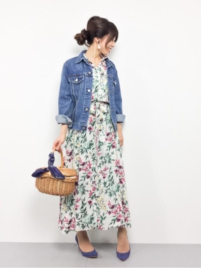 花柄ワンピースとデニムジャケットにカゴバッグをあわせたカジュアルコーデ