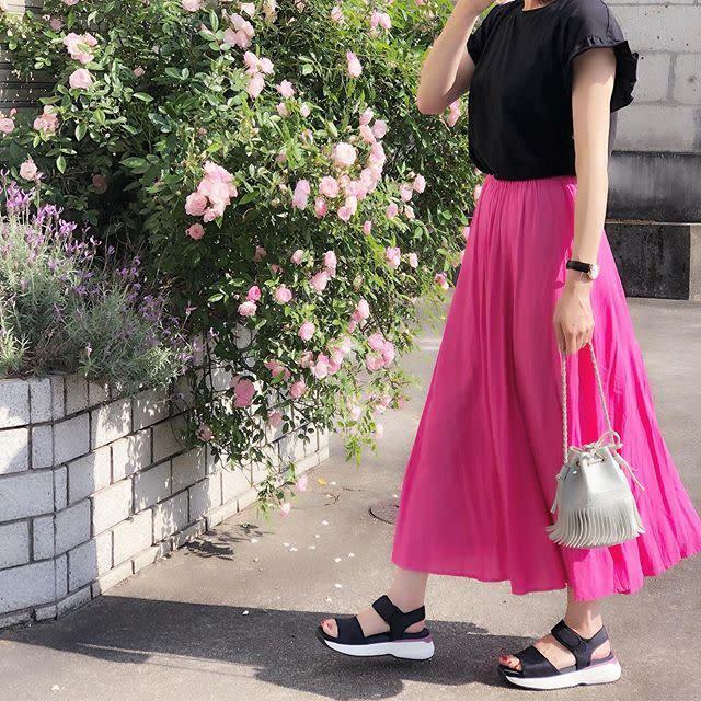 黒トップス×ピンクスカートコーデ