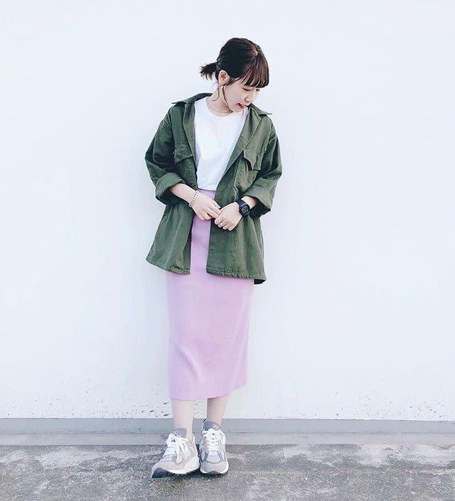 薄紫にカーキのジャケットを合わせた服装