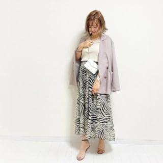 ゼブラ柄スカートにジャケットを合わせたコーデ