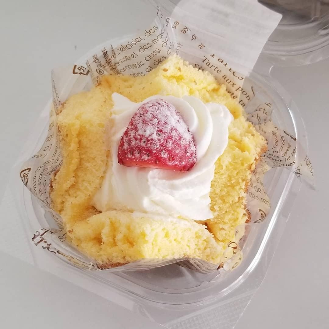 ファミリーマートのいちごのふわふわケーキの蓋をはずした写真