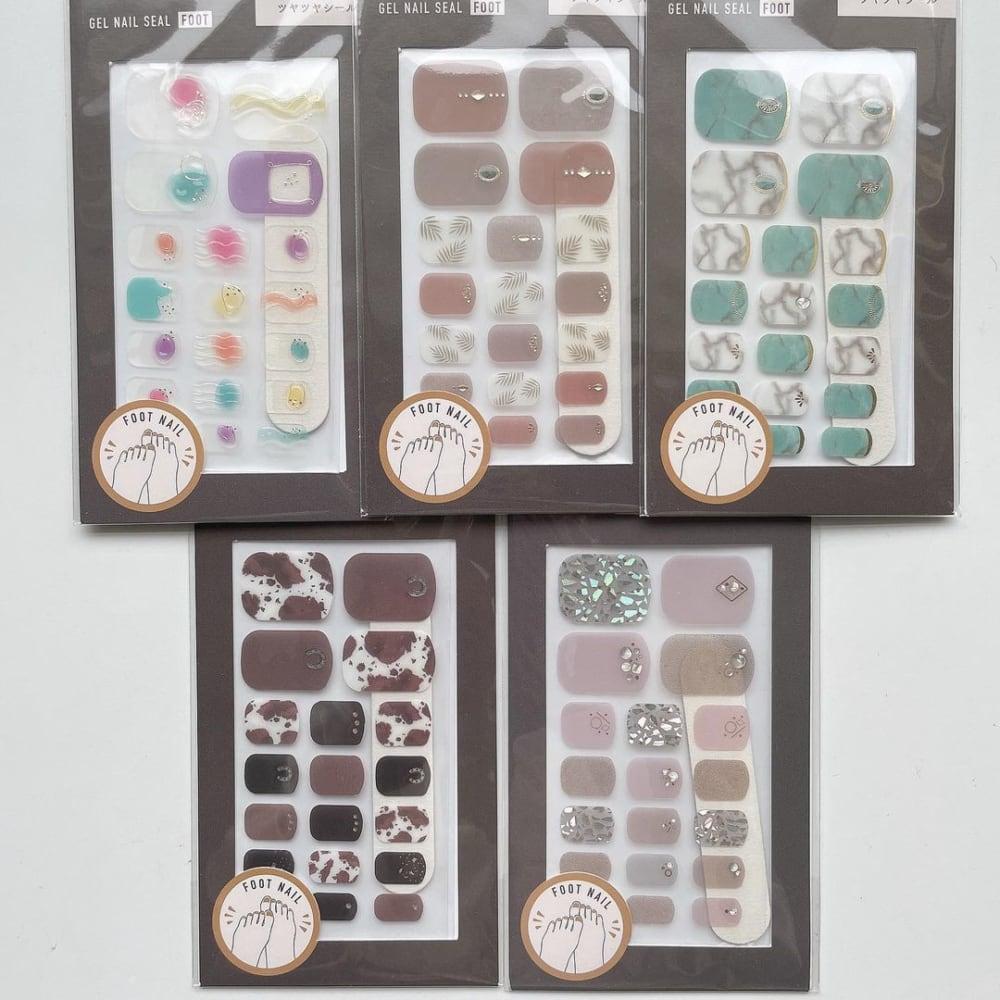 スリーコインズのジェルネイルシール5種類を並べた写真