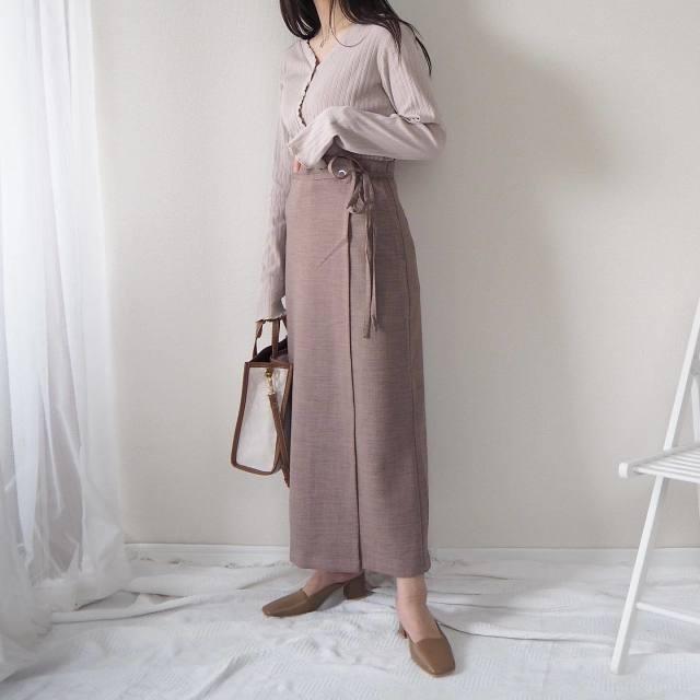 GUのリブメローキャミソールセットカーディガンとラップナロースカートを着ている女性の写真
