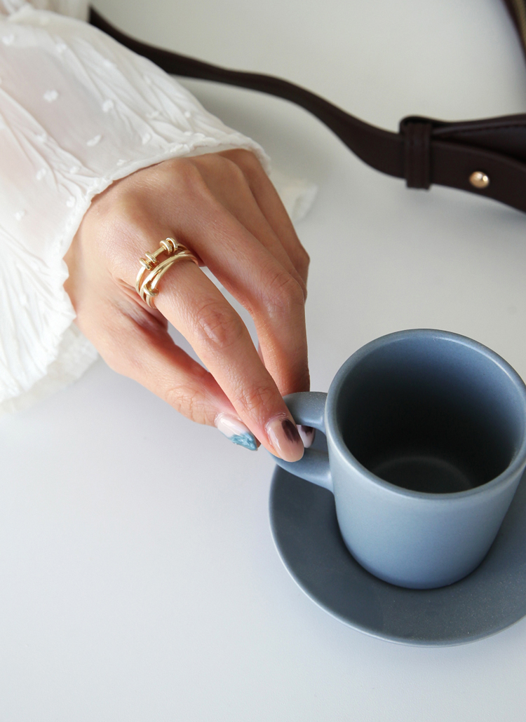 しっとりとした手の女性と指輪