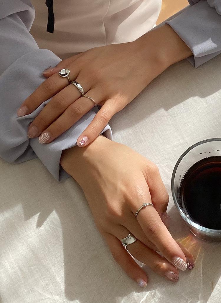 指輪の似合う女性の手