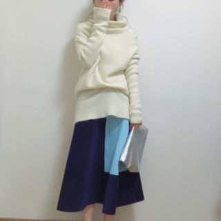 ホワイトタートルニットとバイカラースカートのコーデ
