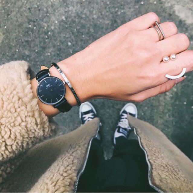 腕時計とブレスレットの重ね付け