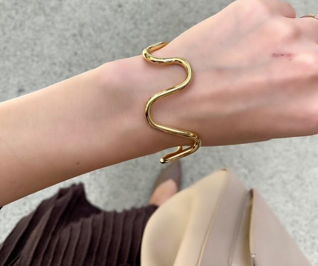 うねりバングルをつけた女性の腕