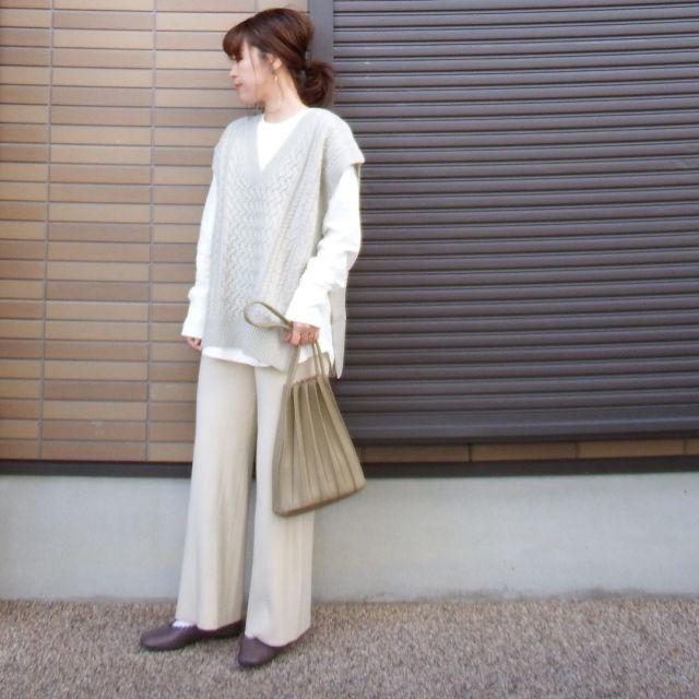 うすグレーニットを着用した女性