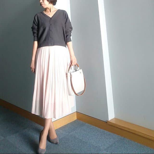 UNIQLOのエレガントなピンクプリーツスカートとチャコールグレーのカーデコーデ