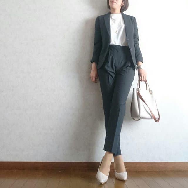スーツに白Tを着た女性