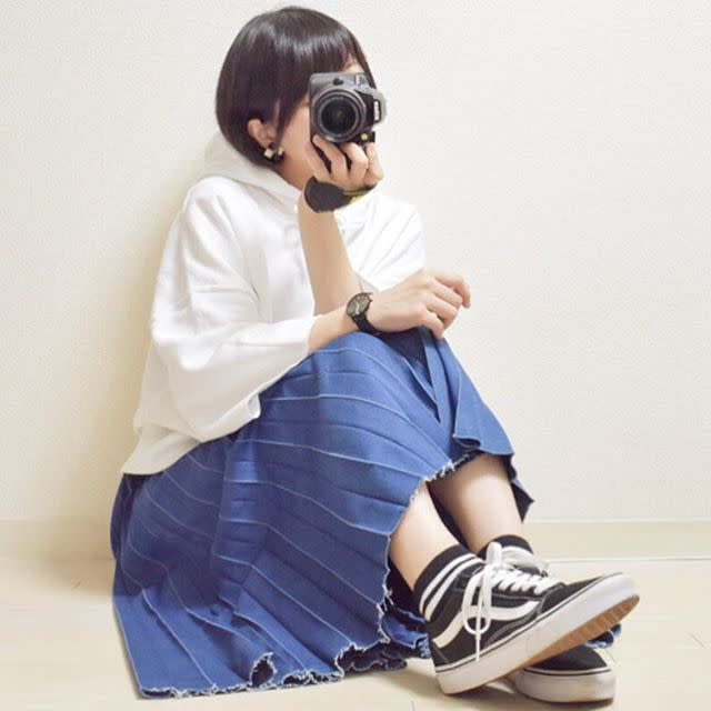 デニムスカートを履いた女性