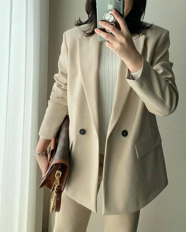 エクリュジャケットにブラウンバッグを合わせたコーデ