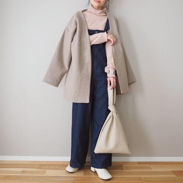 デニムサロペットとピンクのメローインナーのコートスタイル