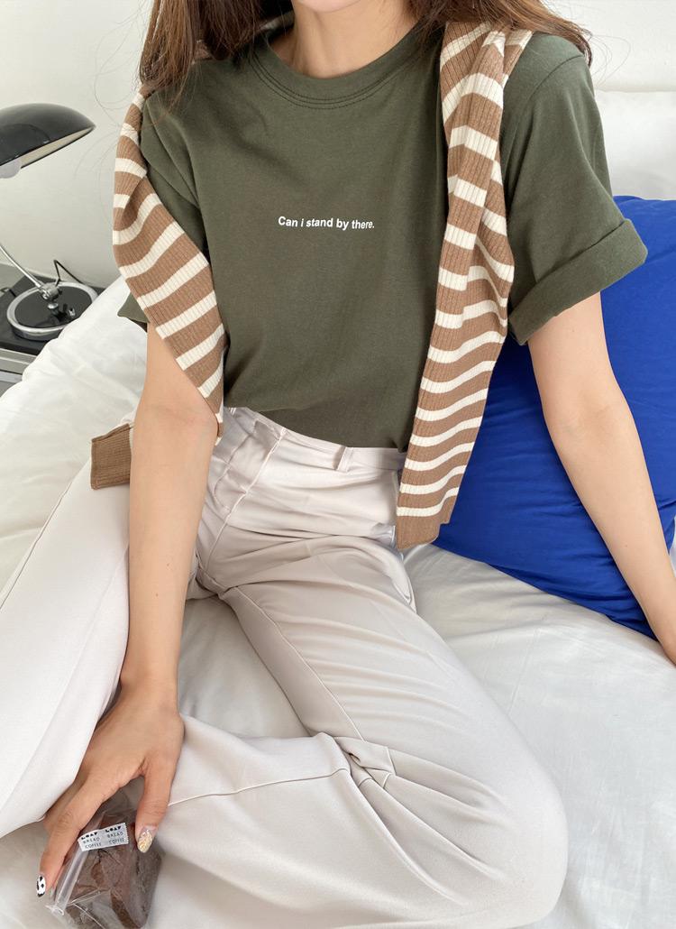 カーキのTシャツを着た女性