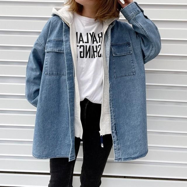 GUのデニムダブルポケットオーバーサイズシャツとプルオーバーの重ね着をしている女性の写真