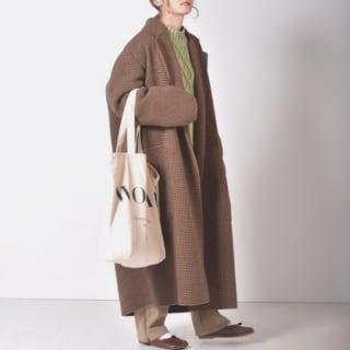 オーバーサイズのコートを着た女性