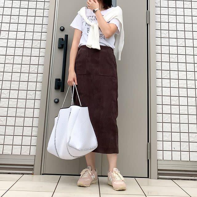 ブラウンのコーデュロイスカートの女性