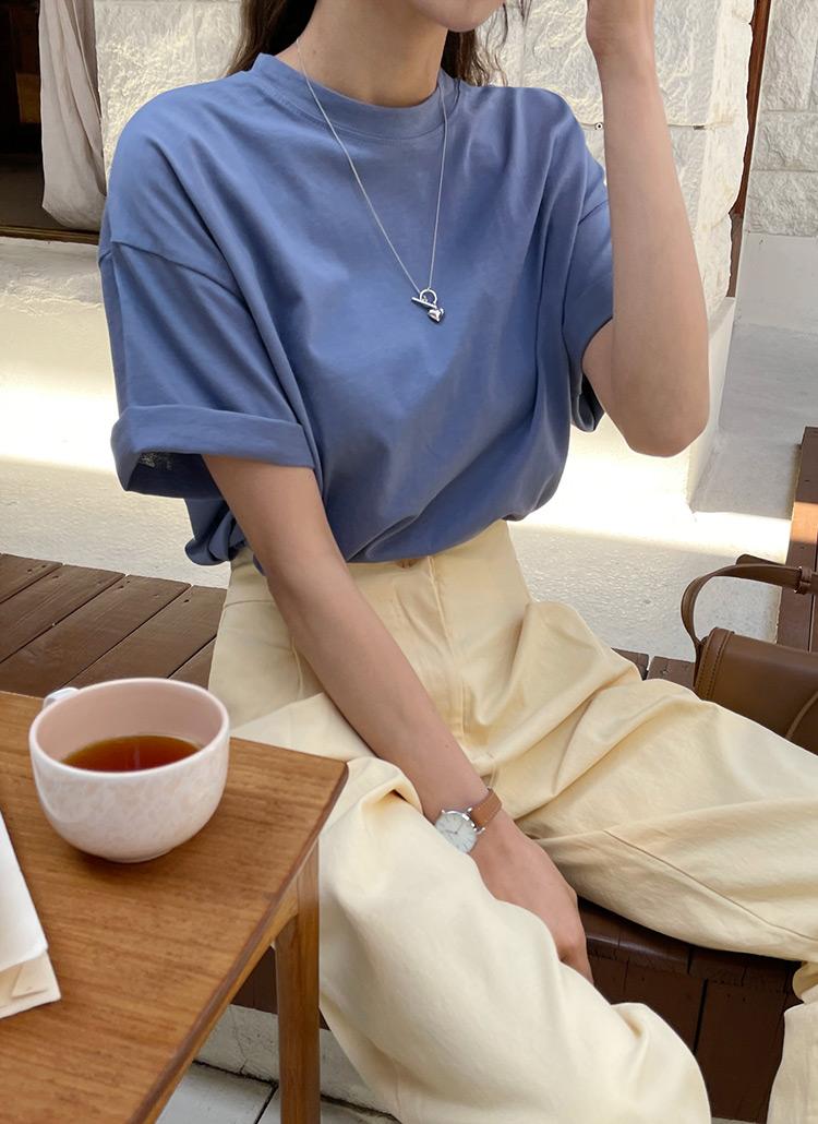 レディースに人気のネックラインの種類「クルーネック」の服をきた女性の画像