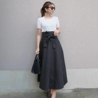 黒のフレアスカートにサングラスを合わせたコーデ