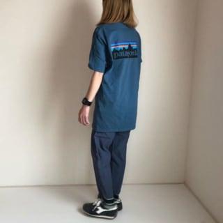 ネイビーのパタゴニアTシャツの女性