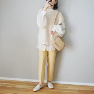 黄色のテーパードパンツを着た女性