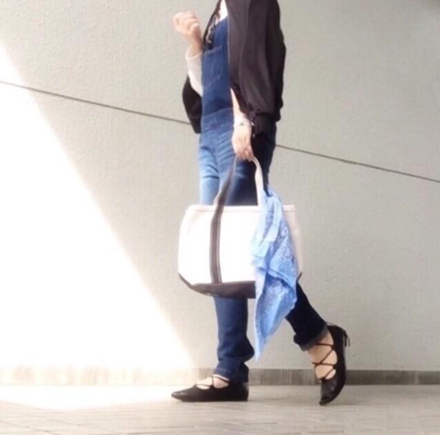 デニムのコーディネートにL.L.Beanトートを合わせた女性の写真